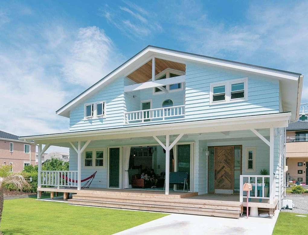 富士ホームズデザイン【デザイン住宅、趣味、間取り】建物の形、窓の配置はシンメトリーを意識したデザイン。レッドシダーの外壁は他の家とかぶらない水色に塗装して個性を出した