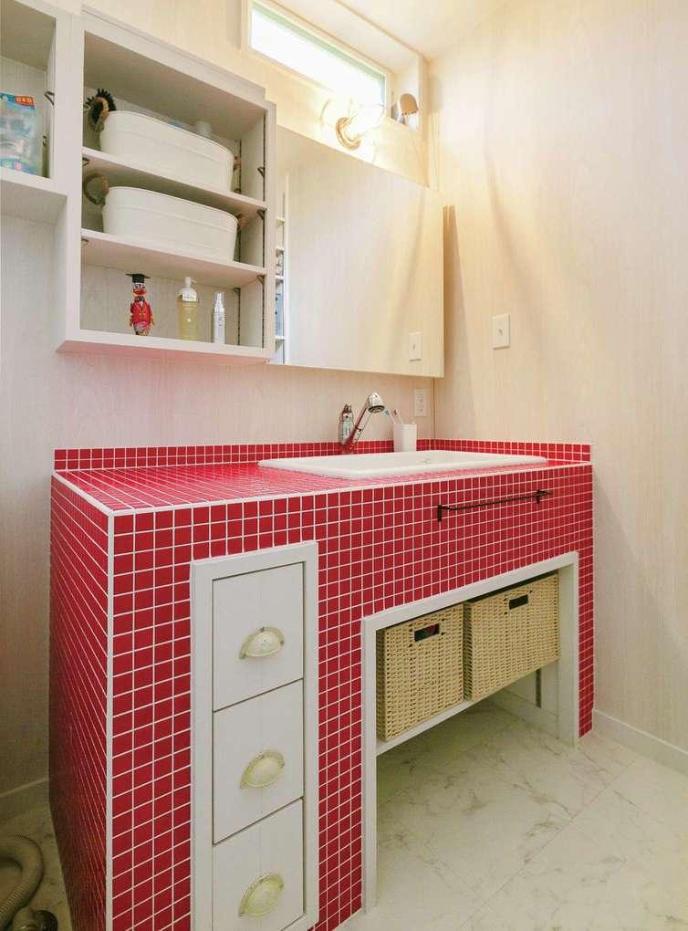 富士ホームズデザイン【デザイン住宅、趣味、間取り】赤が好きという奥さまがオーダーした赤タイルの洗面台