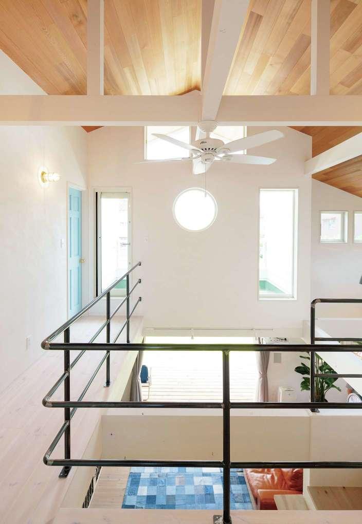 富士ホームズデザイン【デザイン住宅、趣味、間取り】アイアンの手すりは取っ手と同じラフな仕上げ。窓の配置はシンメトリーを意識した