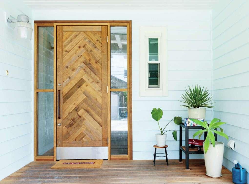 富士ホームズデザイン【デザイン住宅、趣味、間取り】ご主人の好きなヘリンボーンをモチーフに足場板で製作したオリジナルドア
