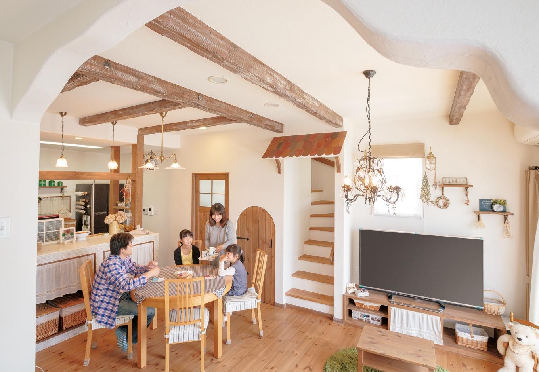 無垢床と珪藻土の壁に囲まれた空間に曲線を取り入れ、ぬくもりのあるやわらかな雰囲気に。うねうねの垂れ壁は二つとして同じ形はない、わが家だけのデザインだ