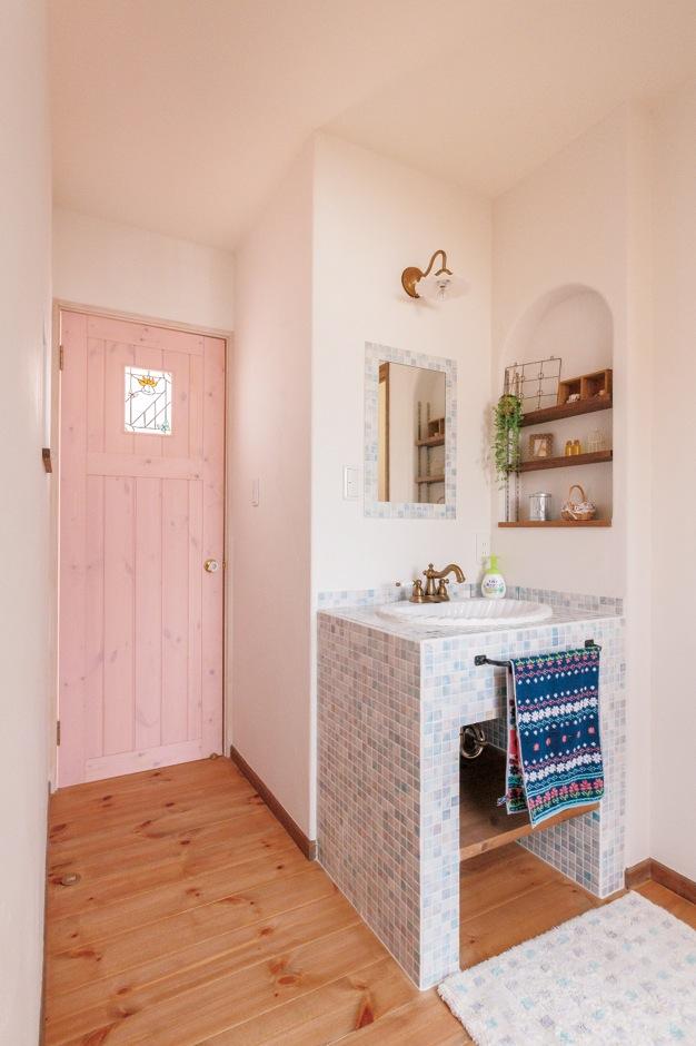 オリジナルの造作洗面台。グレーがかったピンクのドアは塗料の調整に立ち会って色味を決めた