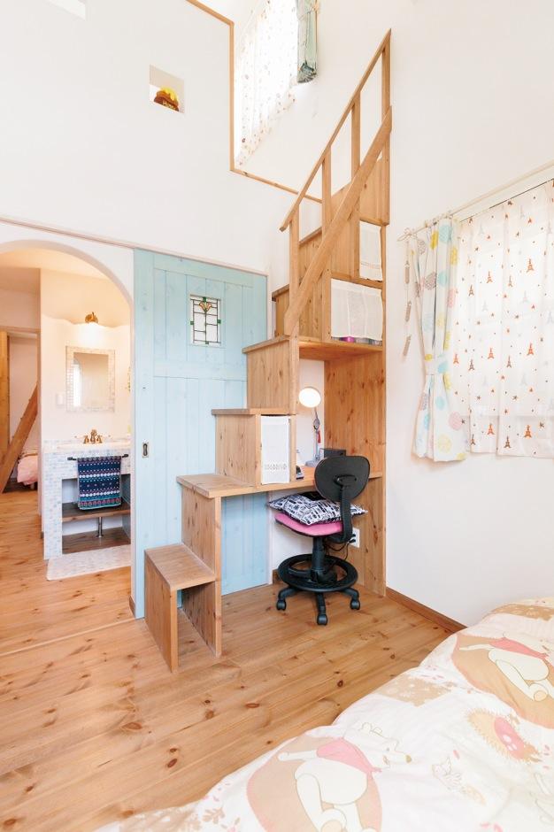 収納と勉強机を兼ねた子ども部屋の階段は『富士ホームズ』で建てた施工例を参考にした