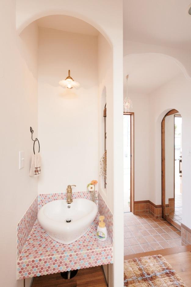ハート型の洗面ボウルとモザイクタイルがかわいい玄関の洗面台