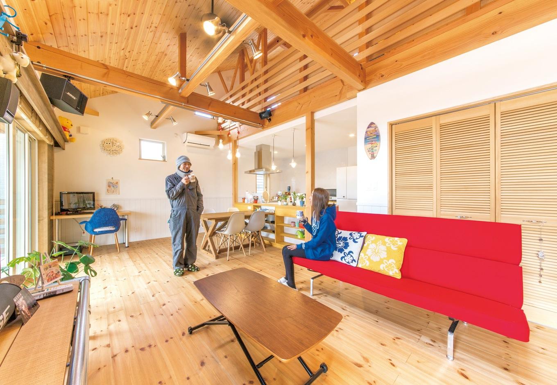 富士ホームズデザイン【デザイン住宅、趣味、建築家】人が大勢集まってワイワイできる広い空間がご主人の希望。勾配天井の吹き抜けに梁を出し、木をふんだんに使った内装でリゾート感を演出した