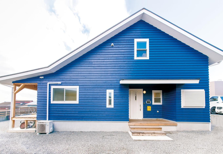 富士ホームズデザイン【デザイン住宅、趣味、建築家】デッキ部分で角度を変えた屋根が個性的。ハワイの海をイメージさせるブルーの外壁は、施主さんも立ち会って色を調整したため思い通りに仕上がった