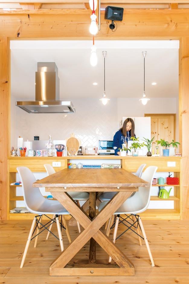 富士ホームズデザイン【デザイン住宅、趣味、建築家】ダイニング側に飾り棚を兼ねた収納を造作