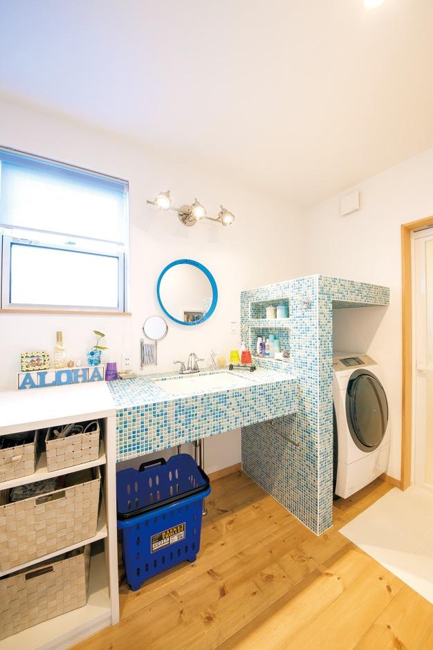 富士ホームズデザイン【デザイン住宅、趣味、建築家】モザイクタイルのオリジナル洗面台は洗濯機に合わせて造作。ニッチの棚も作った
