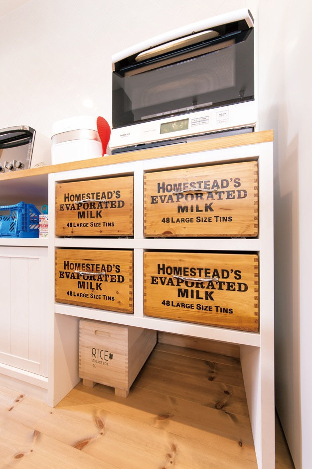 富士ホームズデザイン【デザイン住宅、趣味、建築家】キッチン後ろの収納は奥さまが選んだ木箱を引き出しに