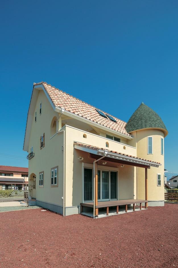 富士ホームズデザイン【デザイン住宅、子育て、趣味】テーマパークに建っていそうなメルヘンチックな外観。大きな屋根も角度をつけて丸っぽく
