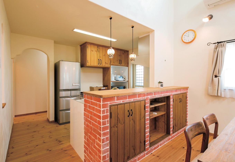 富士ホームズデザイン【デザイン住宅、子育て、趣味】レンガをイメージしたオリジナルカウンター。キッチン後ろの収納も造作した
