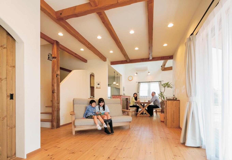 富士ホームズデザイン【デザイン住宅、子育て、趣味】階段下などに収納を作り、リビングはすっきりと広く。階段脇の柱は古材を使用