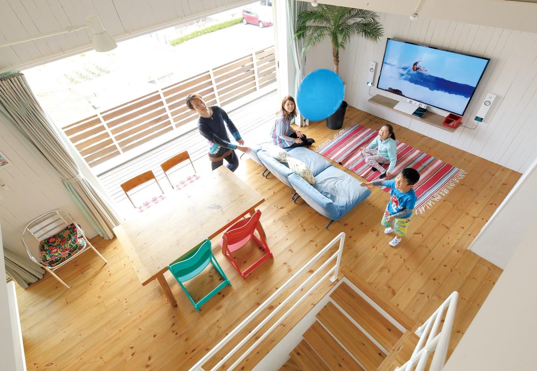 吹き抜け+デッキで開放的 家族で塗った板壁のリビング
