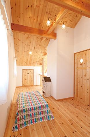 子ども部屋の天井も木張り。インナーテラスからもはしごで上り下りできる造り