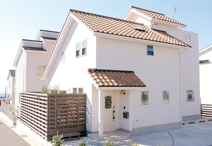 瓦屋根が特徴的なプロヴァンスのたたずまい