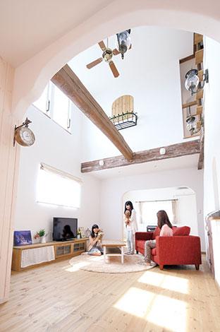 富士ホームズデザイン【デザイン住宅、輸入住宅、自然素材】家の中心にあるリビングの吹き抜け。家族がどこにいてもつながっている安心感がある