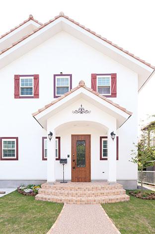 富士ホームズデザイン【デザイン住宅、輸入住宅、自然素材】オ リジナル鎧戸が外観のアクセント。差し色のボルドーが効いている