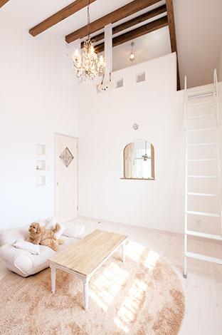 富士ホームズデザイン【デザイン住宅、輸入住宅、自然素材】ロフト付きの子ども部屋。小窓からリビングを見おろせる