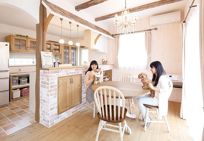 富士ホームズデザイン【デザイン住宅、輸入住宅、自然素材】木目を残して白く塗った板壁、古めかしく加工した梁。レンジフードの下も曲線で仕上げて柔らかい雰囲気を出した