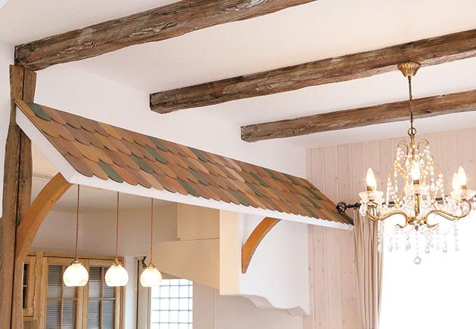 富士ホームズデザイン【デザイン住宅、輸入住宅、自然素材】小さな屋根、梁のエイジング加工。すべて手作業で味のある仕上がりに