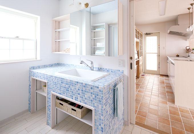 富士ホームズデザイン【デザイン住宅、輸入住宅、自然素材】洗面所のテーマカラーはブルー。キッチンの横にあり料理しながら洗濯もできる