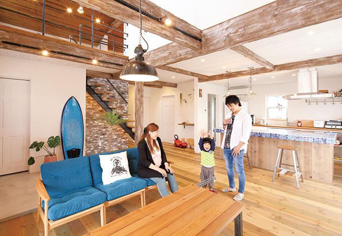 木とアイアンの融合がテーマ。エイジング加工をした梁に英国アンティークの照明が映える。テーブルやカ ウンターの椅子は『富士ホームズデザイン』が製作