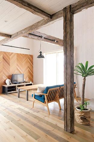 テーブルと同じ木材を使ったデザイン壁。TV台も木とアイアンで製作したオリジナル