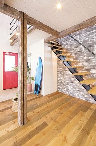 レンガタイルの壁と鉄骨のオリジナル階段の組み合わせが何ともカッコいい