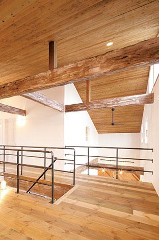 床と天井板はご主人が塗装。手すりはアイアンで