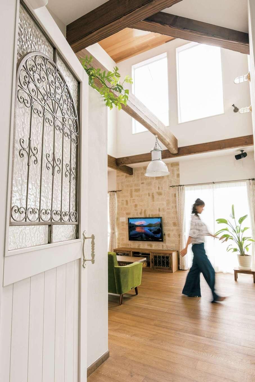 富士ホームズデザイン【デザイン住宅、趣味、自然素材】リビング入口のドアはアンティークのアイアンを取り付けたオリジナル。タイル壁と造作テレビ台もいい雰囲気