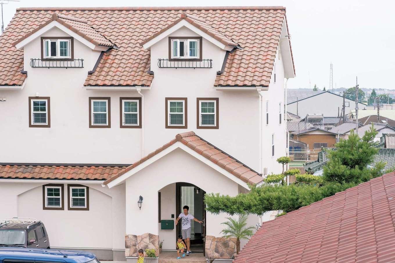 富士ホームズデザイン【デザイン住宅、趣味、自然素材】ドーマーのある屋根:ドーマーを屋根の上に乗せるのではなく、外壁とつなげた形が美しい。ポーチのアールや石張り、1階の立体的なアールなど全体をバランス良く仕上げている