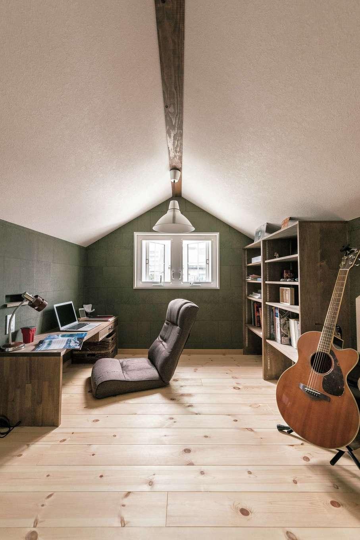 富士ホームズデザイン【デザイン住宅、趣味、自然素材】ドーマーの内部に当たる小屋裏はご主人の趣味部屋。机と本棚を造作して一人で落ちつける場所に