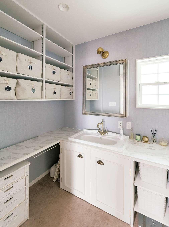 富士ホームズデザイン【デザイン住宅、趣味、自然素材】ホテルライクな洗面室。鏡の枠は既製品にアンティーク塗装を施したもの。左のアイロン台は奥に布が落ちる工夫がされている