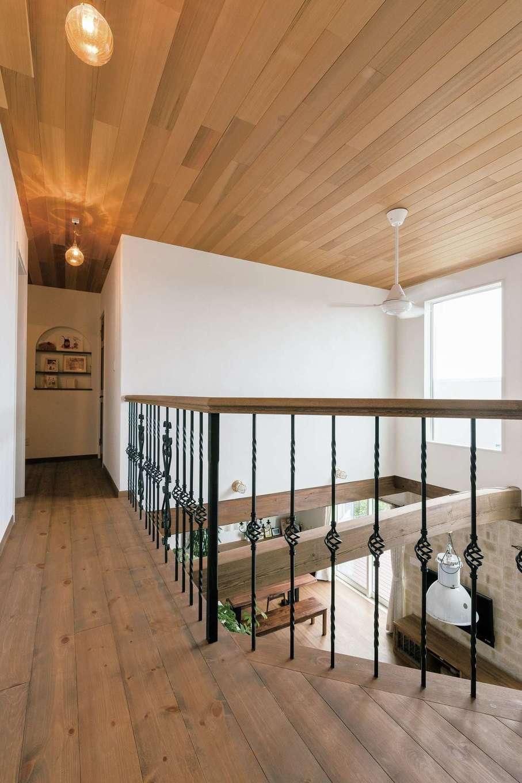富士ホームズデザイン【デザイン住宅、趣味、自然素材】2階ホールの手すりはオリジナル製作のアイアン。レッドシダー張りの天井がいい味を出している