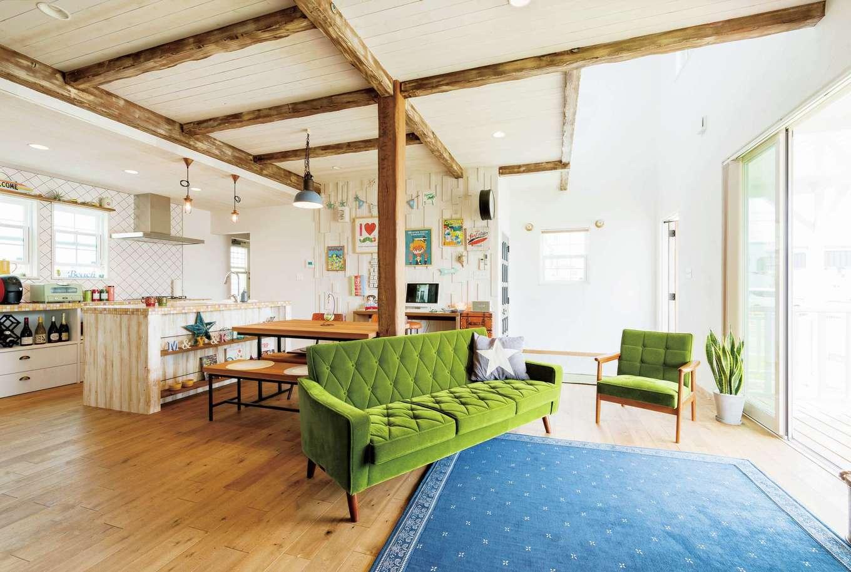富士ホームズデザイン【デザイン住宅、建築家、インテリア】広々とスペースを確保したオープンなLDK。天井の化粧梁は、設計担当の上総さんが現場の全体の雰囲気をみながら自らエイジング加工を施したもの