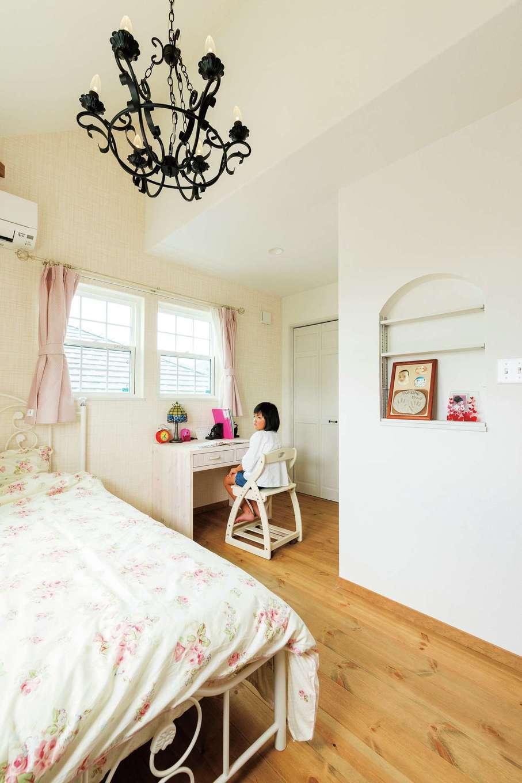 富士ホームズデザイン【デザイン住宅、建築家、インテリア】L字型の子ども室は壁面が多いので家具を置きやすく、成長に合わせて模様替えも楽しめそう。ニッチは可動棚付きで小物をいろいろディスプレイできる