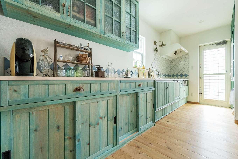 富士ホームズデザイン【デザイン住宅、建築家、インテリア】ビンテージ感溢れる色合いが絶妙なI型の造作キッチン。作業スペースが広くて使い勝手が抜群