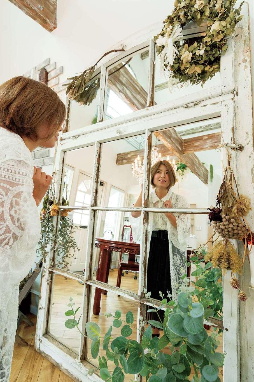 富士ホームズデザイン【デザイン住宅、建築家、インテリア】美容サロンのデザインの原点となったアンティークの鏡。姿見としても活躍中