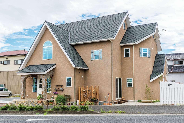 富士ホームズデザイン【デザイン住宅、建築家、インテリア】コッツウォルズに伝わる昔ながらの家をモチーフにした外観。急勾配の三角屋根が個性的