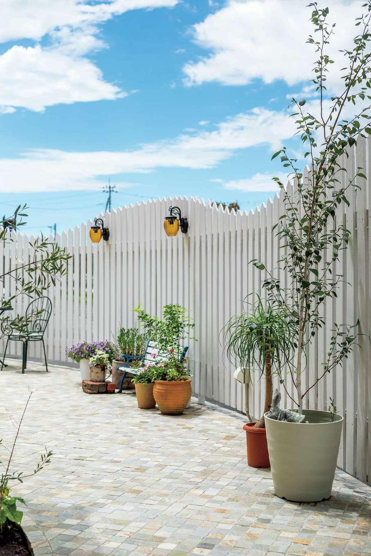 富士ホームズデザイン【デザイン住宅、建築家、インテリア】建物とトータルでデザインしたガーデンは、ブライダルのお客さまの人気撮影スポット。白いフェンスに曲線をつけて幹線道路や街並みを隠し、まるでここだけ別世界!