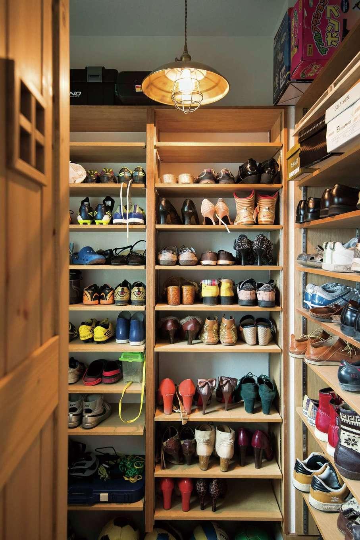 富士ホームズデザイン【デザイン住宅、建築家、インテリア】シューズクロークの壁面には棚をびっしり設け、靴をたっぷり収納