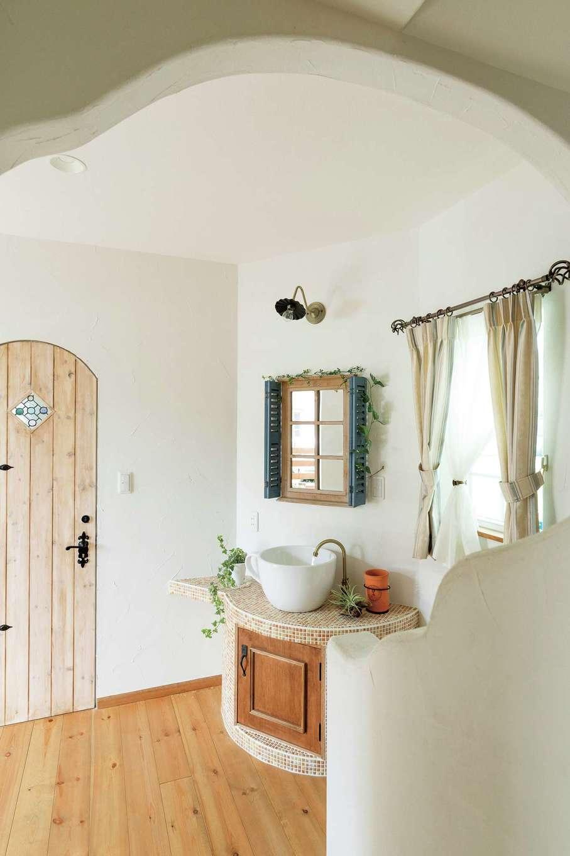 富士ホームズデザイン【デザイン住宅、建築家、インテリア】自宅玄関に入ると、コーヒーカップの手洗いコーナーがゲストを釘付けにする