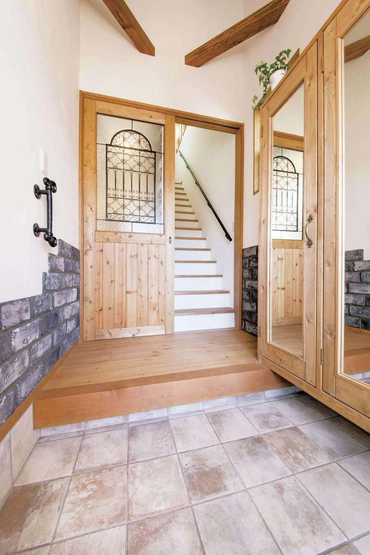 親世帯の玄関は、オリジナル製作の引き戸をスライドするとリビングにつながり、階段側が閉まる仕掛け