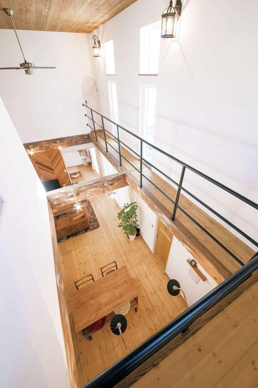 子世帯リビング吹き抜けのキャットウォーク。手すりのアイアンは階段付近とは違うデザインで雰囲気を変えた