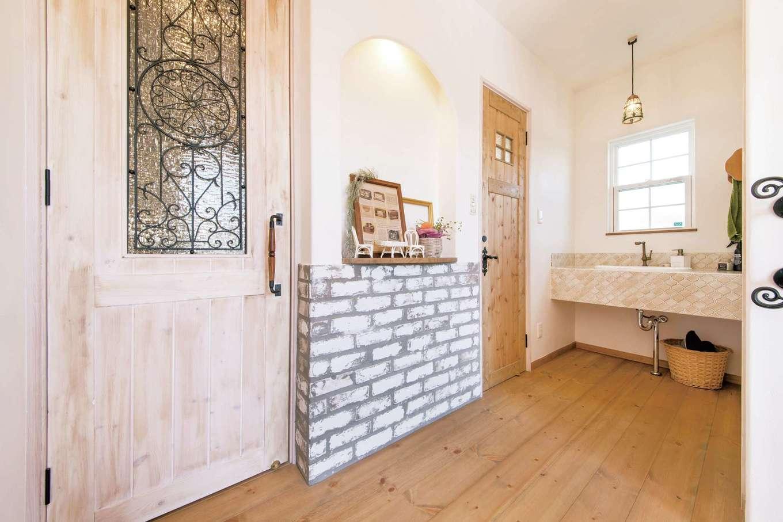 子世帯の玄関。ドア、洗面、飾り棚とすべてが『富士ホームズ』オリジナルで、施主さんの好みを反映できた
