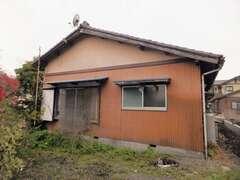 築40年の老朽化した日本家屋。家の中まで草が生えて住めない