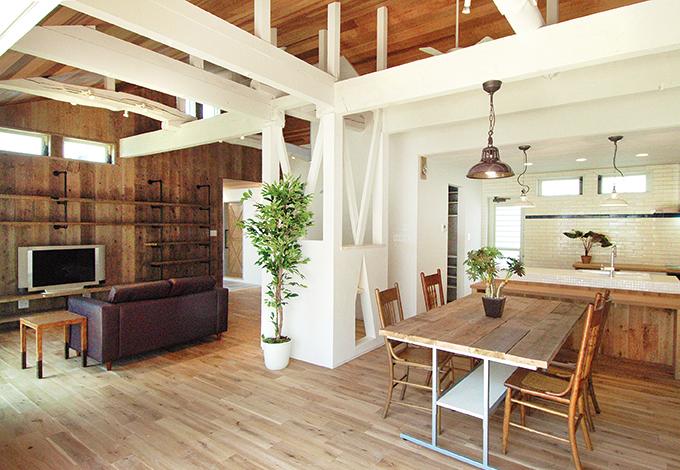 アンティーク加工した照明や、テーブル、椅子などのインテリアは『La Chouette Fuji』で