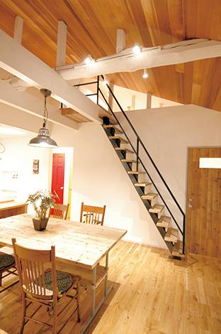 ロフトに上がる鉄骨階段もオ リジナルで製作。アメリカンな雰囲気作りに一役買っている
