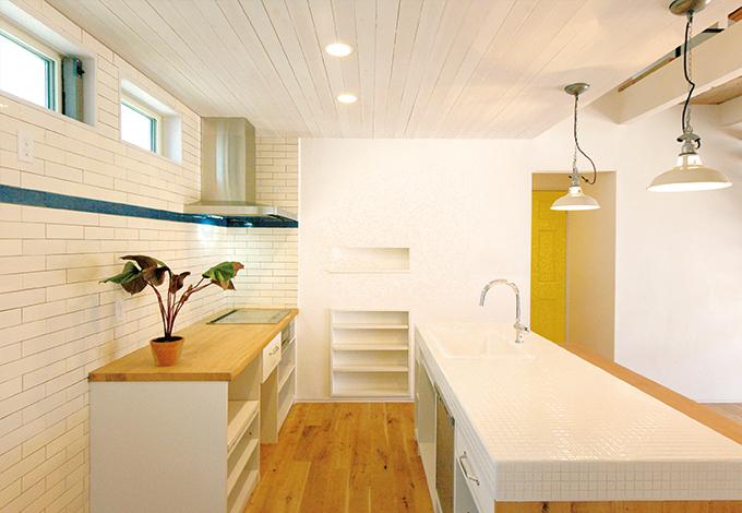 造作したオーク&タイル天板のオリジナルキッチン。カウンターもオークで造った