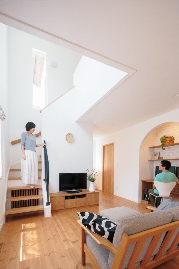 Sanki Haus(サンキハウス)静岡三基【輸入住宅、自然素材、省エネ】玄関から2階までひと続きの大空間だが、気密・断熱性能に優れ、熱交換換気システムがしっかり機能しているため、床下のエアコン1台でムラなくあたたまる
